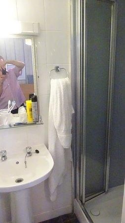 Calcot, UK: Miniscule Bathroom.