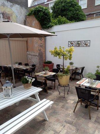 Restaurant LaSalle : Op ons privéterras kunt u genieten van een heerlijke lunch of een intiem diner.