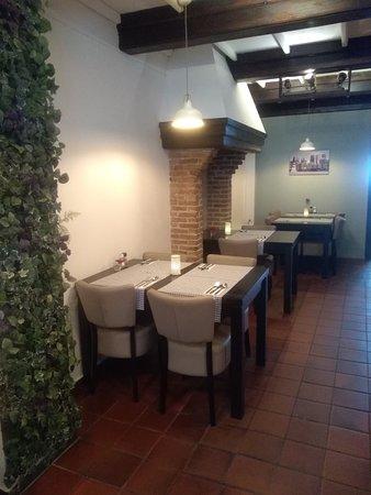 Restaurant LaSalle : In het bargedeelte kunt u zelfs ín de haard dineren