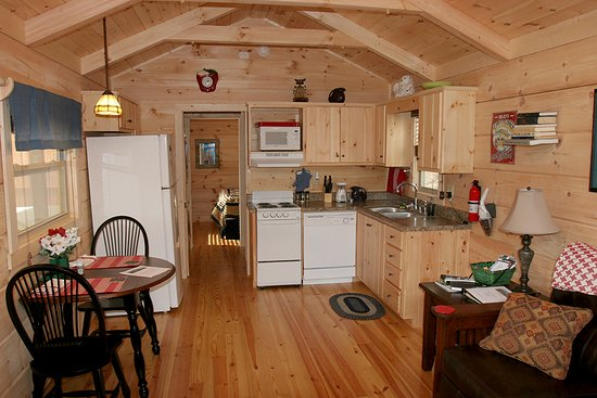 Pine Gables Cabins: The kitchen in the Owl' Nest Cabin