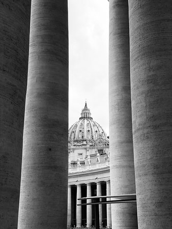 Basílica de San Pedro del Vaticano: Blick vom Säulengang auf die Kuppel des Petersdom