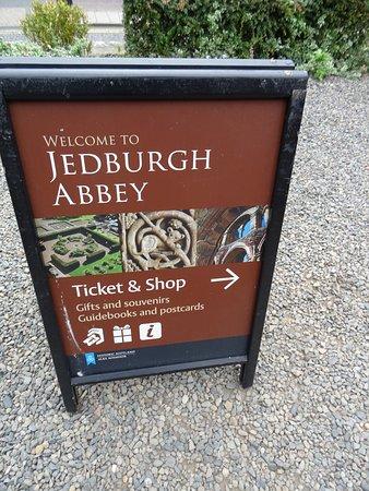 Jedburgh Abbey: Le péage.............tout est payant dans la vie.........dommage..