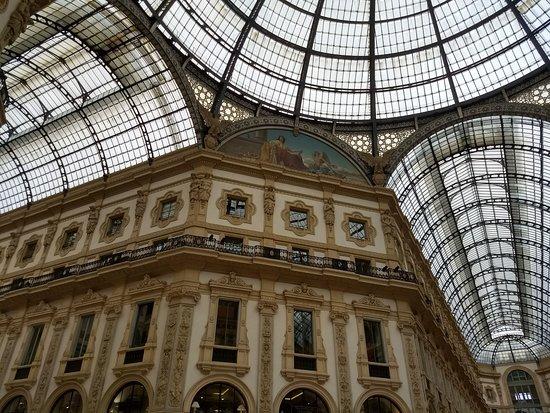 Galleria Vittorio Emanuele II: Affresco di un palazzo