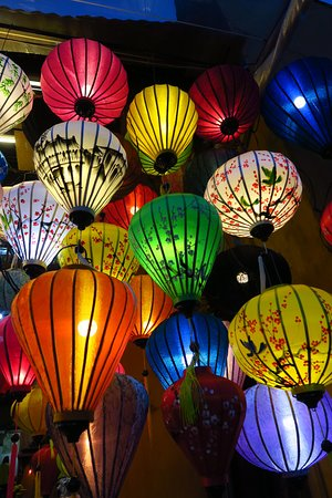 Excursion culinaire nocturne dans la vieille ville d'Hoi An : Some of the many lanterns in the area