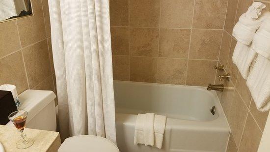 Monte Verde Inn: Still life of bathtub, with sherry!