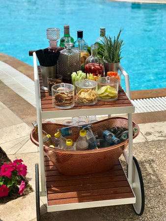Ikos Oceania : The Gin cart that goes round the deluxe pool once a day