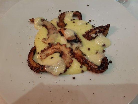 La DegOsteria: Antipasto di polpo con patate, fonduta di parmigiano e lenticchie croccanti
