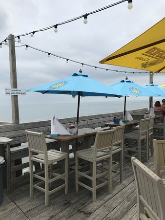Fish Heads Bar & Grill: covered and uncovered areas