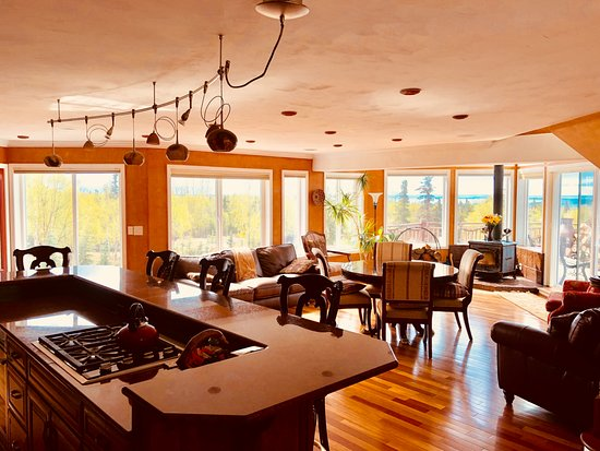 Alaska Sundance Retreat Bed & Breakfast : Great Room with wood stove fireplace