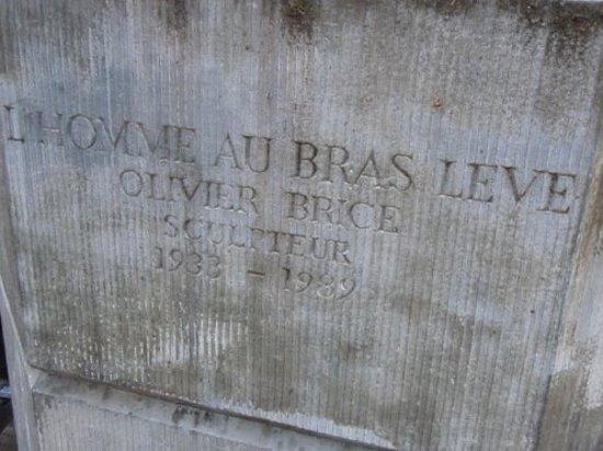 Statue L'Homme au bras levé : Inscription sur le socle
