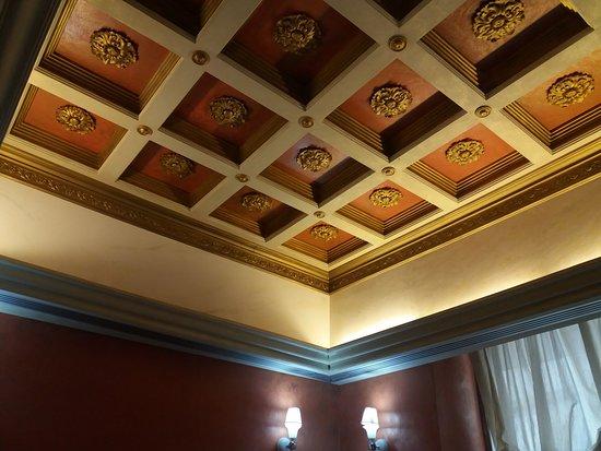 Caffe Alvino : Il soffitto a cassettoni della saletta