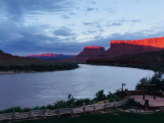 The Cowboy Grill Restaurant: Sunset view of Colorado River from DIning Room Deck area.
