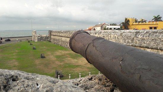 กำแพงป้องกัน: A localização privilegiada de Cartagena deu origem a esse super-muro...