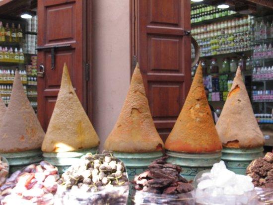 Trilho Salama Day Tours: Venda de temperos na medina de Marrakesh