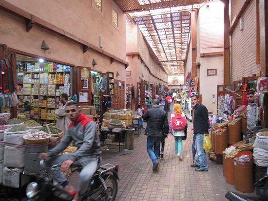Trilho Salama Day Tours: comércio em uma das ruas da medina de Marrakesh