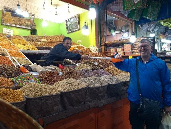 Trilho Salama Day Tours: comprando tâmaras e outras frutas secas
