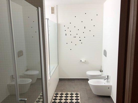 60 Balconies Recoletos : banheiro com banheira