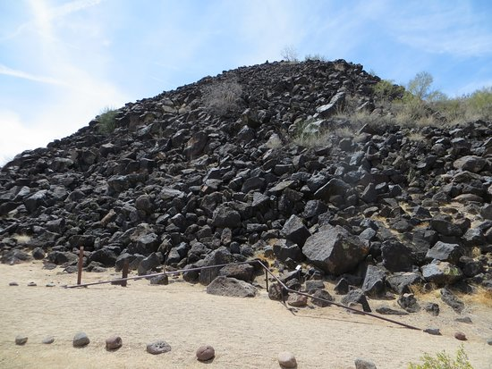 Deer Valley Petroglyph Preserve: pile of rocks with a lot of petroglyphs
