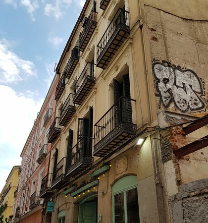 Calle de la Montera: Busy street.