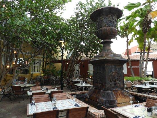 Gouverneur de Rouville : outside patio seating