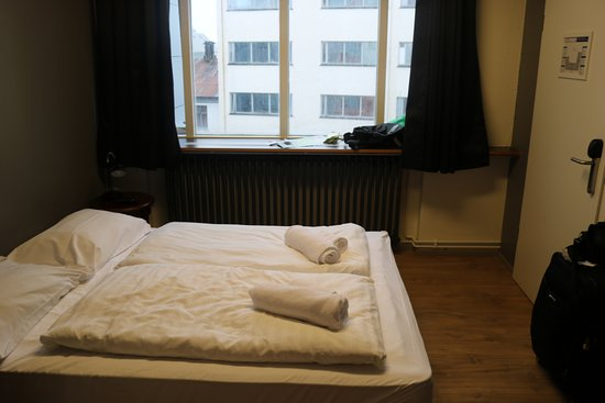 Hlemmur Square: Room 413 view in front of bathroom
