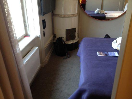 Scandic No. 53 : Space between end of bed & window
