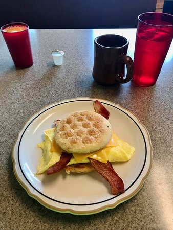Crosby, Μινεσότα: Muffin sandwich with eggs, cheese, and bacon.