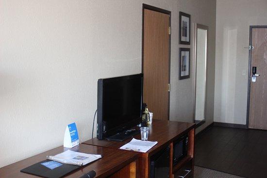 Comfort Inn River's Edge: TV and desk
