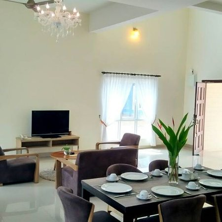 Everia Villas Resort: Living Room and Dining