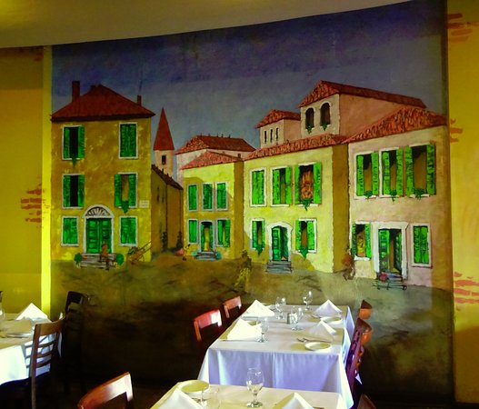 Oliva Trattoria: Nice wall murals throughout.