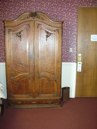 Strater Hotel: classic room wardrobe/tv