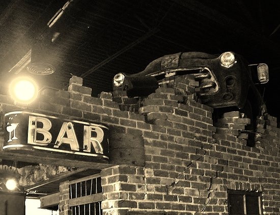 Wood Village, Όρεγκον: The bar and the car in black and white