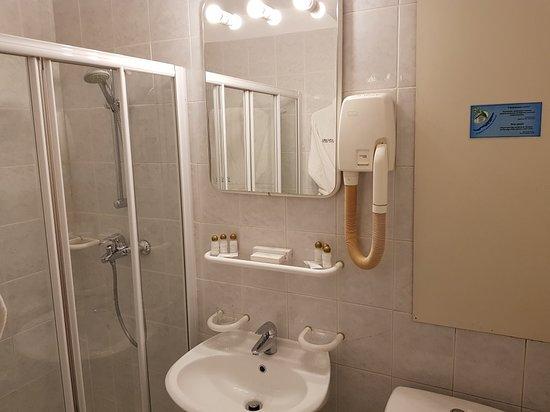 Hotel Angara: Старая гостиница. Кондиционер не работает. Белье не глажено.