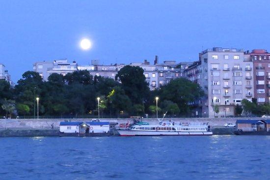 Danube River: luna desde el río
