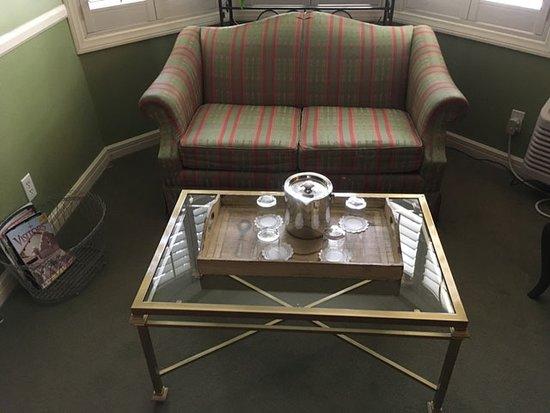 Apple Farm Inn: seating in the living room area