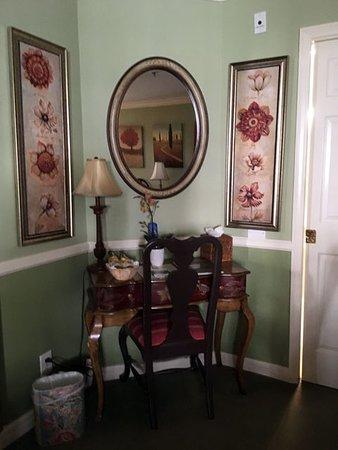 Apple Farm Inn: desk and chair in the room