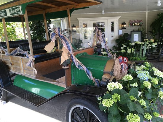 Apple Farm Inn: a vintage vehicle just outside the main entrance