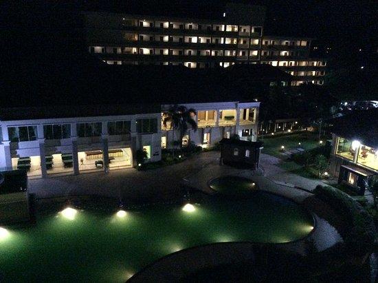 Suanson Pradipat Resort: The pool at night time