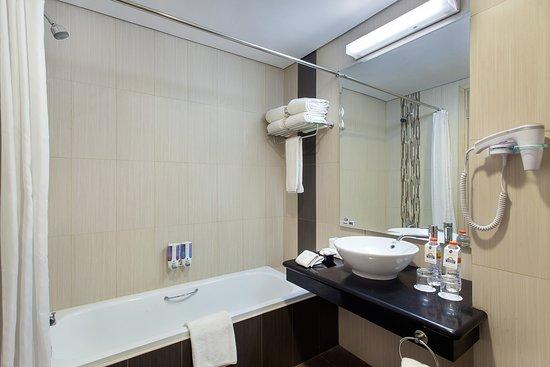 Days Hotel & Suites by Wyndham Jakarta Airport: Suite Bathroom