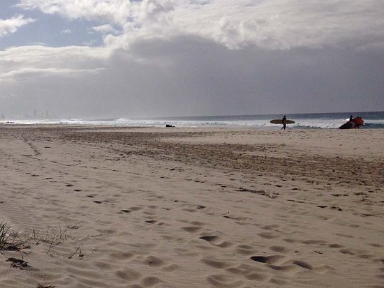 Tugun, ออสเตรเลีย: Surfers enjoying the waves at Tugan Beach