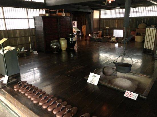 Nagai, Nhật Bản: 黒光りのする囲炉裏の間