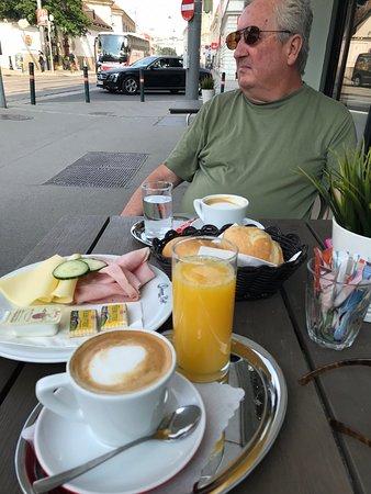 โรงแรมลินด์เนอร์ อัมเบลเฟเดอเรอ: We had a lovely sidewalk breakfast twice, right across the street from the hotel.