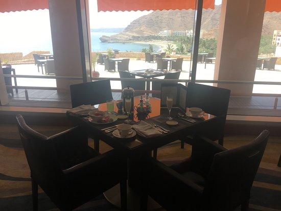 Shangri-La Al Husn Resort & Spa: Breakfast with a view