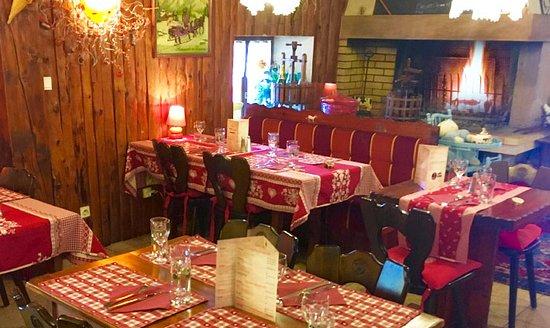 Auberge de Liézey: Salle de restaurant avec cheminée