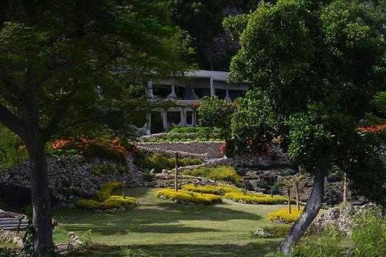 Rockwater Resort: The Rockwater Garden Promenade to Rooms & Suites.