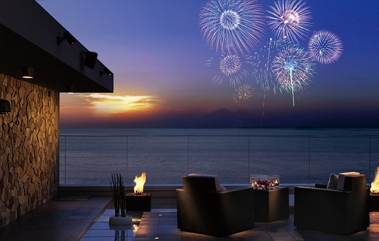 Scapes the Suite: 目の前から打ち上がる葉山海岸の花火