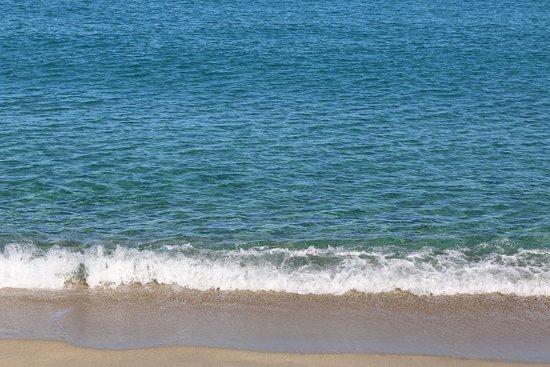 Plage de Lozari: La mer est assez calme