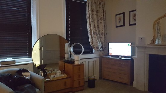 St Giles House Hotel: weird mix of furniture. no air to ventilate room