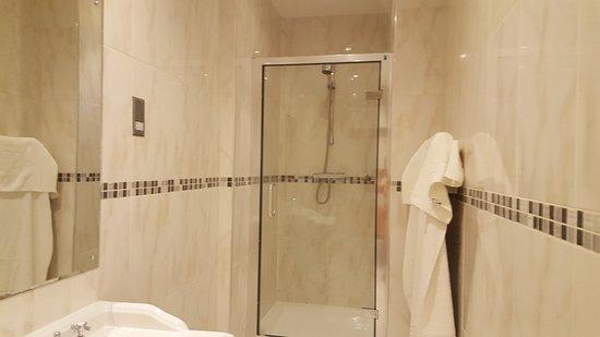 St Giles House Hotel: slim shower room