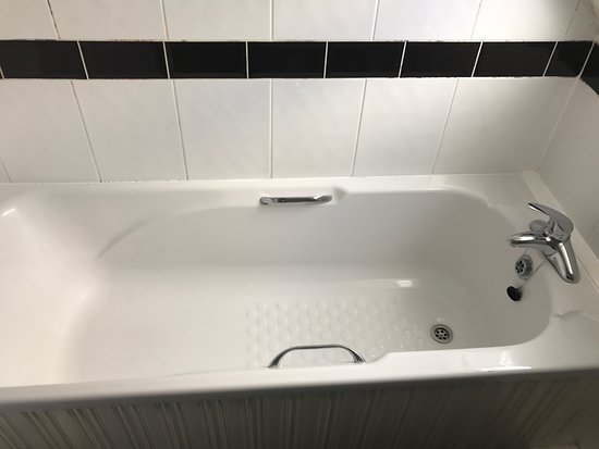 Barrington Lodge: Bathtub + Shower